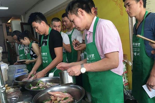 正川厨艺学员正在学习
